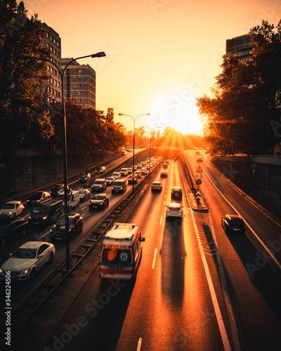 Gorący zachód słońca w mieście w godzinach szczytu