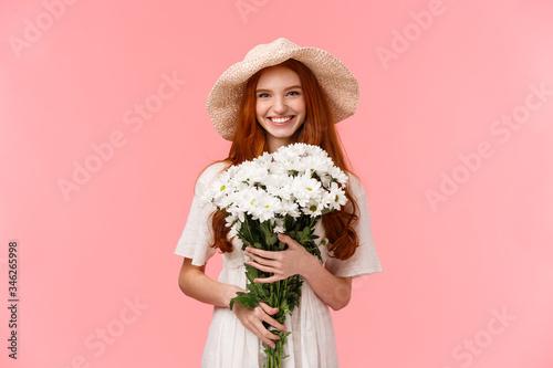 Photo Romantic alluring wonderful redhead girl going for a walk, enjoying spring time,