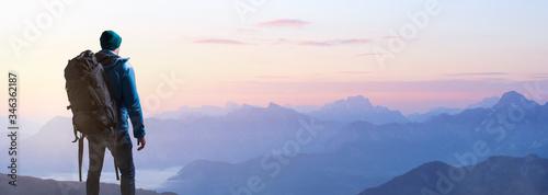 Wanderer bei Sonnenaufgang auf einem Berggipfel Fototapete
