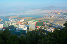 Gibraltar To Kraj Który Słynie Z Niezwykle Usytuowanego Pasa Startowego, W Poprzeg Którego Biegnie Droga Która Na Czas Startów I Lądowań Samolotów Jest Zamykana Poprze Opuszczenie Szlabanów