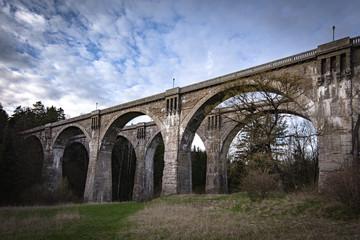 Mosty kolejowe na Suwalszczyźnie w wiosenny wieczór na tle nieba z chmurami
