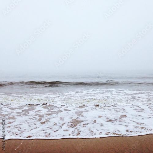 Photo Surf On Shore Against Sky