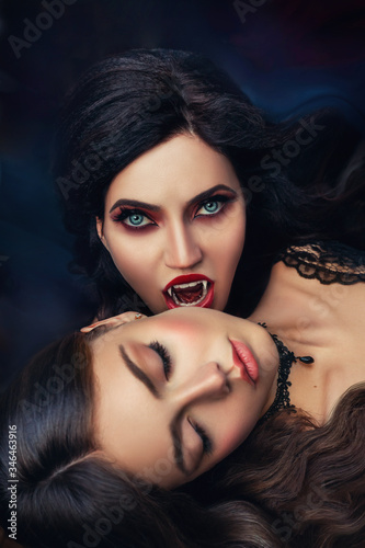 Foto fantasy portrait face sexy evil vampire woman bites eating drinks young beauty lady