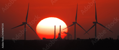 Foto Silhouette Wind Turbines During Sunset