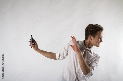 Photo Young man holding smartphone in his hands