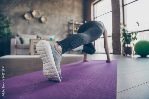Photo Full size back rear spine view photo of active athlete girl doing plank push up
