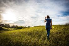 Joven Mujer Caminando En El Pa...