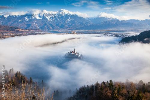 Photo amazing panorama of Lake Bled Blejsko Jezero on a foggy morning with the Pilgrim