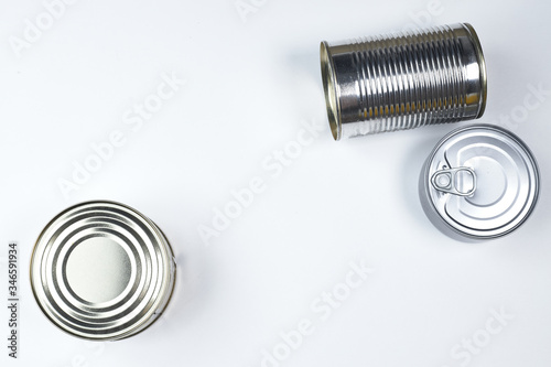 Photo tin cans of different sizes on a white background. copyspace.