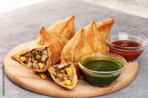 Fotografía Vegetarian samsa or samosas