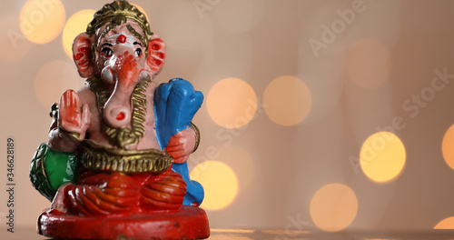 Photo Symbolic and colourful Lord Ganesha on a bokeh lights background