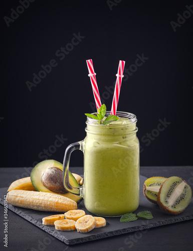 Photo Fresh blended Banana, kiwi and avocado smoothie with yogurt or milk in mason jar, healthy eating
