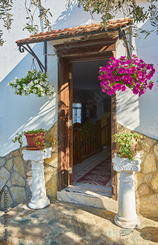 Fototapety, obrazy: Bougainvillea flowers around the house with a balcony and tsvetami.