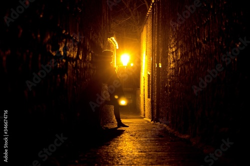 Photo Silhouette Person Standing In Narrow Alley At Night