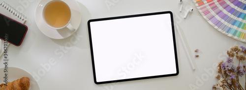 Fotografia Top view of minimal designer worktable with mock-up tablet, designer supplies an