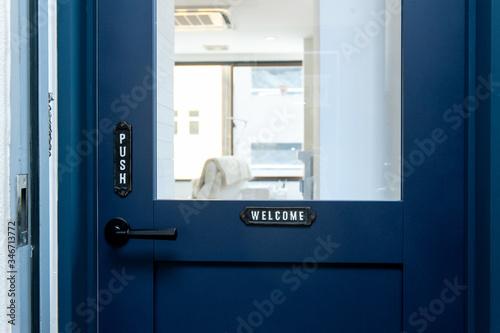 Fototapeta ヘアサロン、ネイルサロンの入口ドア