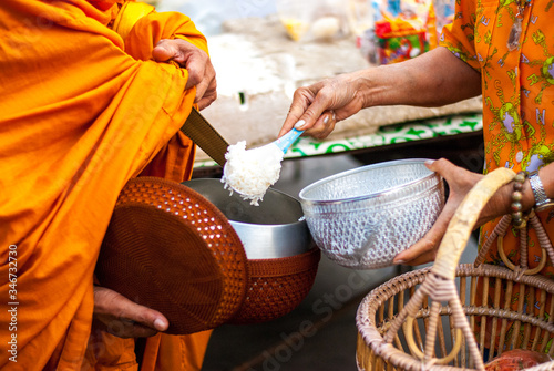 Photo Put rice in alms bowl for monks