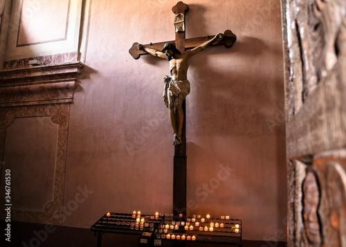 Leinwand Poster Schönes Kruzifix mit Kerzen - Symbol des Christentums und Ort der Besinnung und