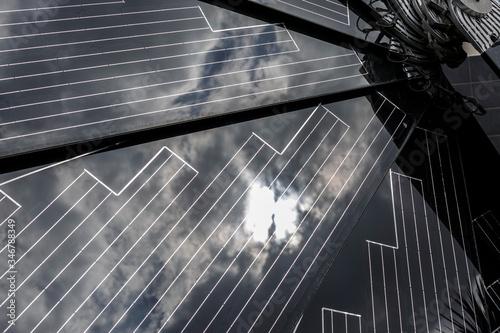 pannelli solari che riflettono le nuvole del cielo Wallpaper Mural