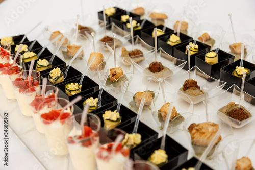 Fotografia, Obraz Aperitivo con bocconcini di vario genere esposti su un tavolo