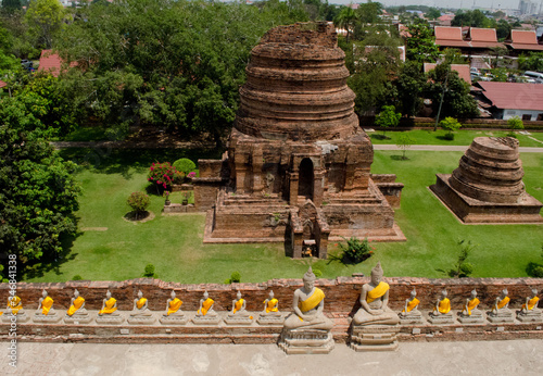 Photo High Angle View Of Buddha Statues And Old Ruin Temples At Ayuthaya Province