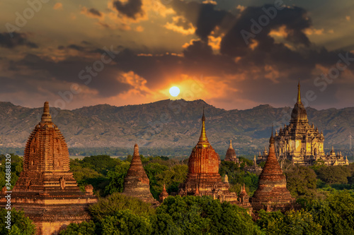 Photo Asian ancient architecture archaeology temple in Bagan at sunset, Myanmar ananda temple in the Bagan Archaeological Zone Pagodas and temple of Bagan world heritage site, Myanmar, Asia
