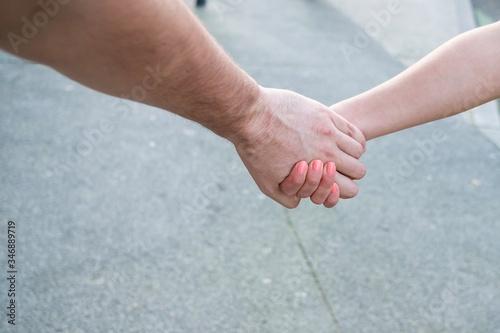 Stampa su Tela Couple se promène dans la rue main dans la main