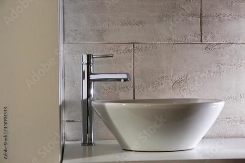 Dettaglio di rubinetto moderno su lavabo elegante dentro un bagno Fotobehang