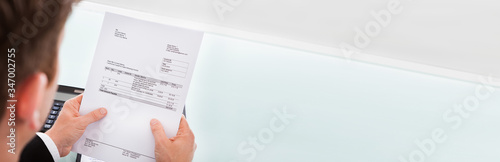 Fotografía Businessman holding invoice paper
