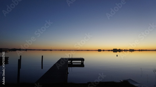 Photo Pier Amidst Lake Against Clear Sky At Dusk