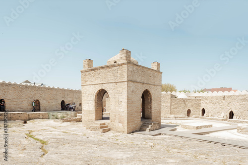 Photo Ateshgah Fire Temple tower in Surakhani near Baku, Azerbaijan