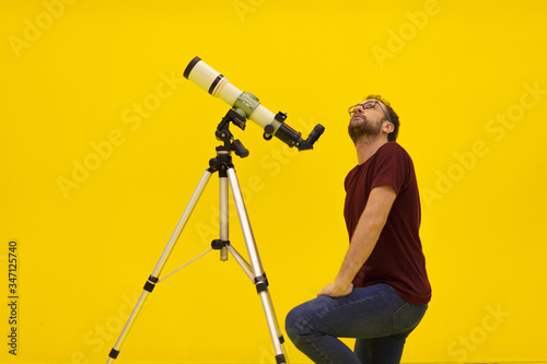 Photo Amateur astronomer looking at the stars with a telescope
