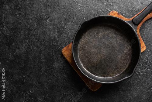 Obraz na płótnie Empty cast iron pan