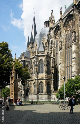 Photo Vertical shot of Aachener Dom Aachen Germany on a daylight