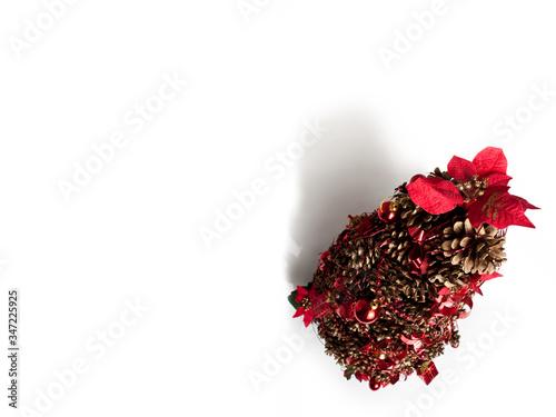 Albero di natale di pigne per addobbo da tavolo, con nastri e palle rosse, con c Canvas Print