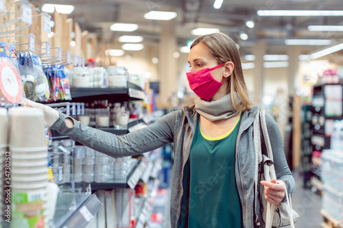 Woman with face mask in supermarket Fotobehang