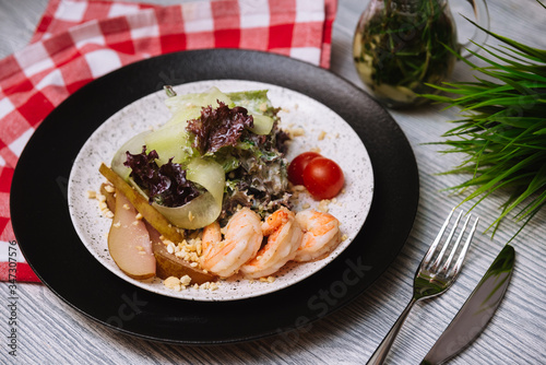 Salad with flambe shrimps, slices of fresh cucumber and a drunken pear, with cherry tomatoes Canvas-taulu