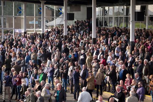 Crowd Standing In Front Of Building Fototapet