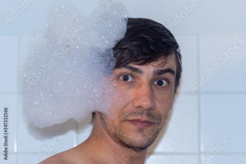 Photo bain mousse portrait blanc visage