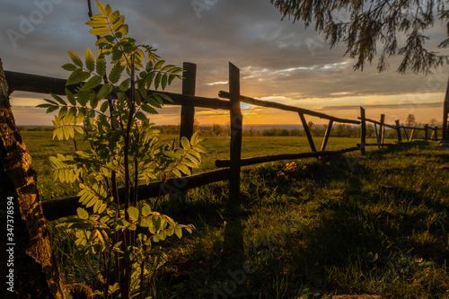 Fototapeta Zachód słońca wzgórza Dylewskie płot obraz