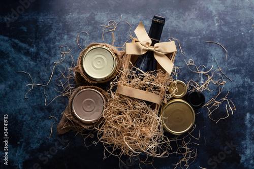 Fotografie, Obraz Coffret cadeau avec bouteille de vin et terrines
