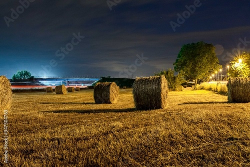 Photo Hay Bales On Field Against Sky