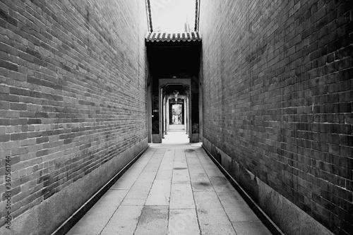 Fotografia Narrow Alley Along Buildings