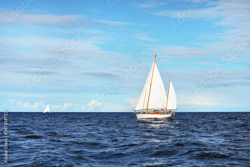 Photo Old expensive vintage wooden sailboat (yawl) close-up, sailing in an open sea