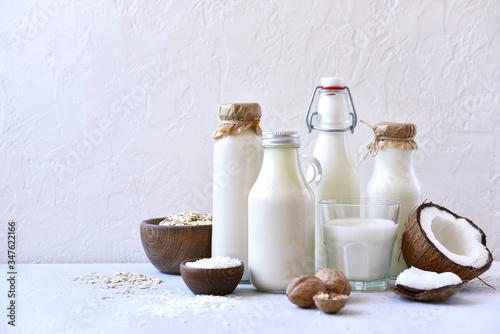 Alternative types of vegan milks in glass bottles. Fototapete