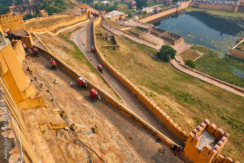 Photo Tourists riding elephants on ascend to Amer (Amber) fort, Rajasthan, India