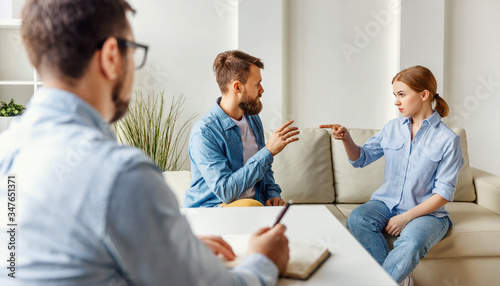 Photo Couple having argument in psychologist office.