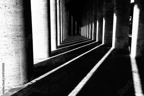 Billede på lærred Shadows Of Columns Falling On Covered Walkway