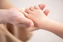 手をつなぐ母子