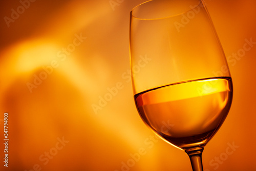 Photo Glass of glowing golden white wine in close up